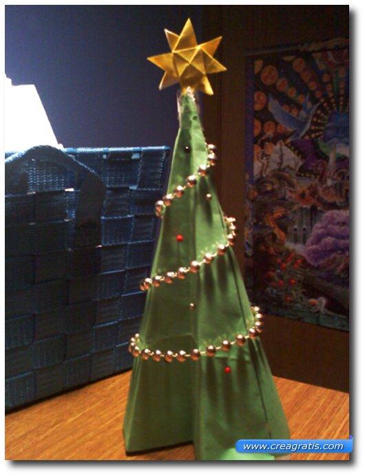 Istruzioni per creare un albero di Natale di carta