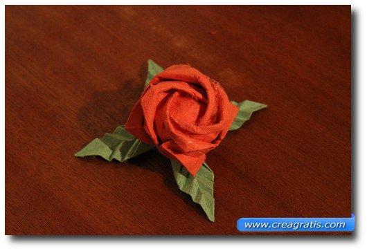 Immagine di una rosa fatta con la carta