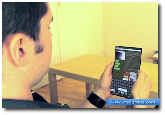 Immagine di uno smartphone con lo schermo flessibile
