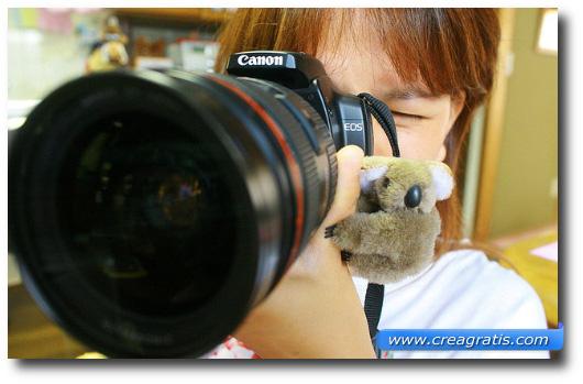 Immagine di una ragazza che scatta una foto con una Canon