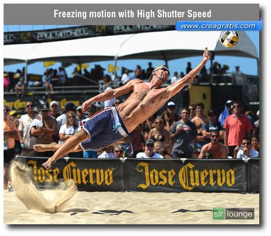 Foto di un giocatore di beach volley in movimento