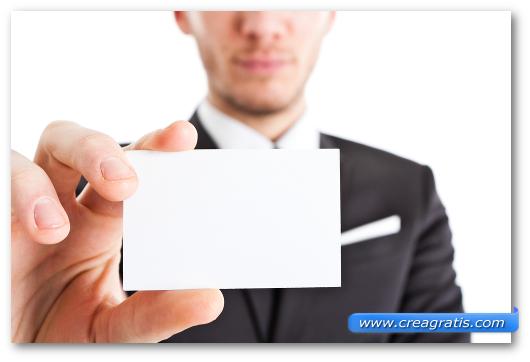 Immagine che mostra come presentare in mano un biglietto da visita