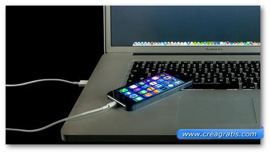 Immagine di uno smartphone collegato ad un PC per la ricarica