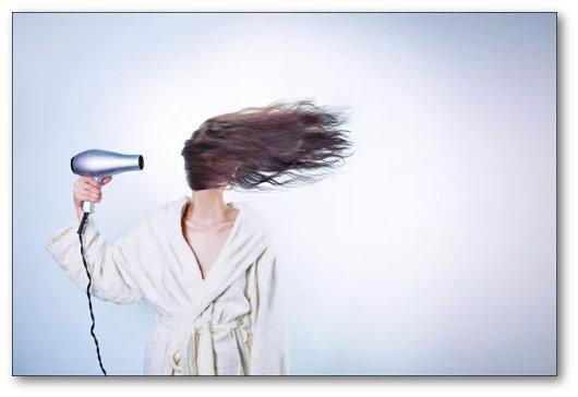 Asciugacapelli per asciugare il cellulare bagnato